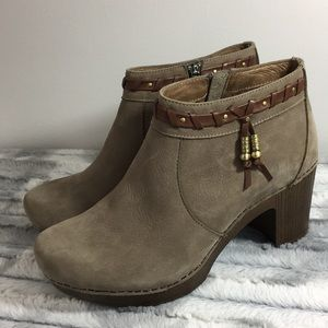 NWOT Dansko Dabney booties - brown